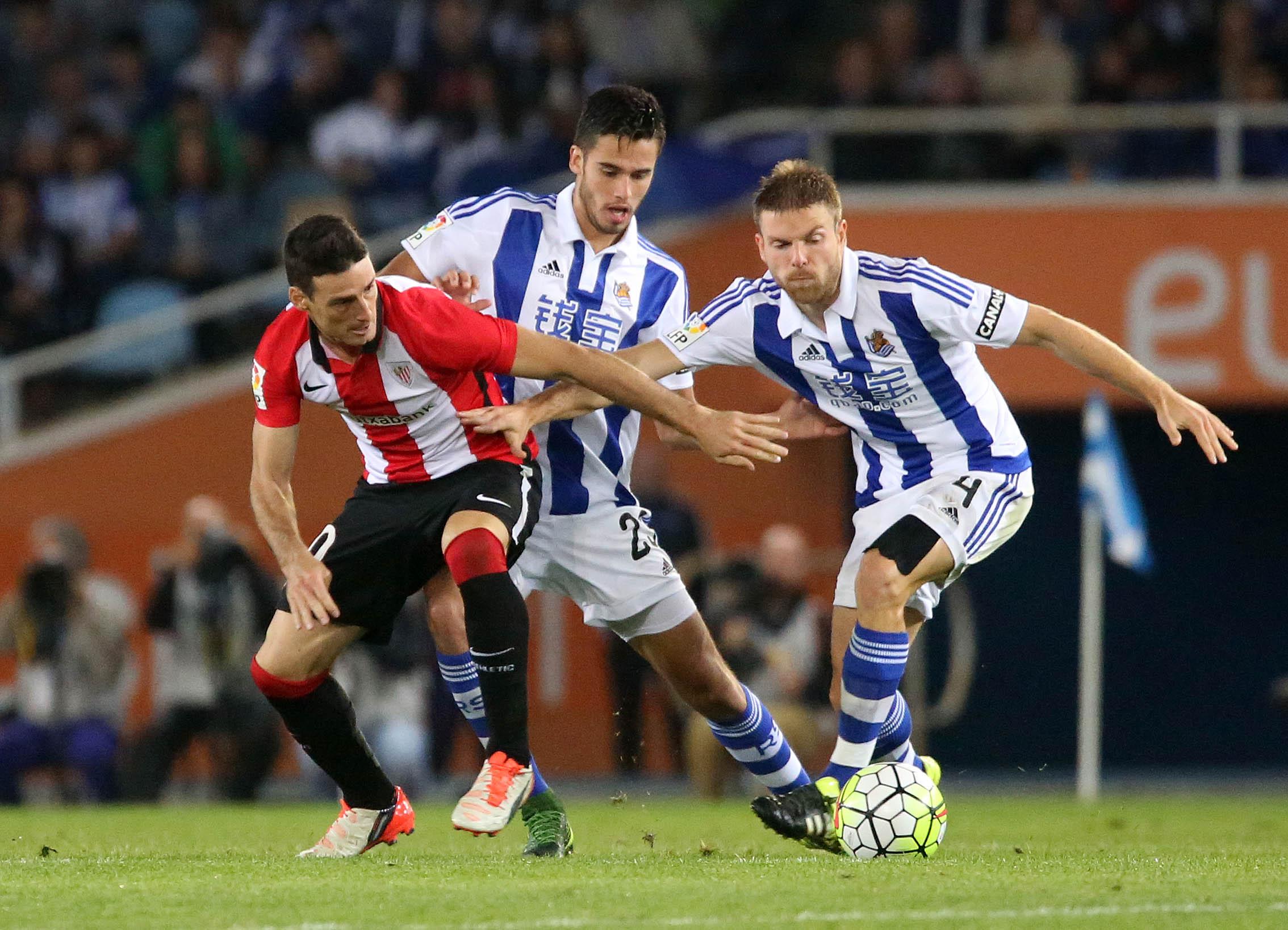 Illarra disputa un balón en el derbi ante el Athletic (27-09-15) Real Sociedad