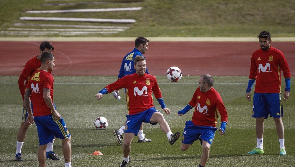 Illarra disputa el balón de forma distendida con Andrés Iniesta (23-03-17)